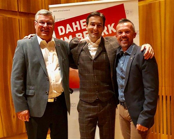 """""""Mit Humor geht's leichter"""", sind sich Bezirksobmann KommR Anton Prantauer, Thomas Huber und Bezirksstellenleiter Otmar Ladner einig (v.l.)."""